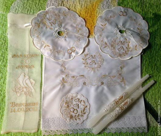 Комплект из рушника-подножки, салфеток для свечей, салфетки для колец и мешочка для хранения с именами и датой венчания