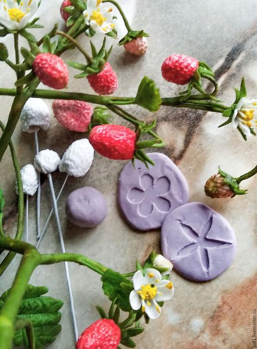 Слепок цветочка и чашелистника расположены на двух сторонах молда.