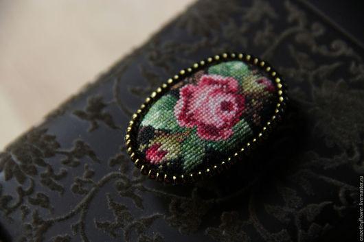 Броши ручной работы. Ярмарка Мастеров - ручная работа. Купить Брошь с микро вышивкой крестиком розы на темном фоне. Handmade.