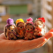 Куклы и игрушки ручной работы. Ярмарка Мастеров - ручная работа Ежики в шапочках, 5 см. Handmade.