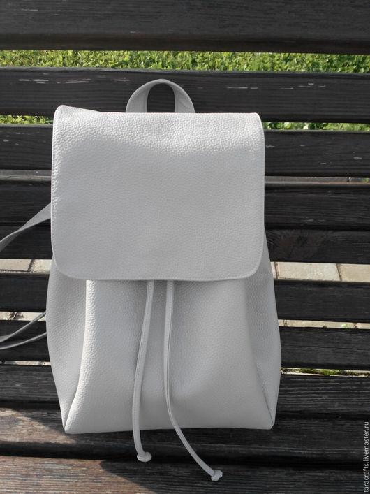 Рюкзак из экокожи. Размеры 38/28/17см. Карман внутри и снаружи на спинке. цена 3000р