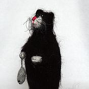 Куклы и игрушки ручной работы. Ярмарка Мастеров - ручная работа Кот чёрный с мышкой в лапке. Handmade.
