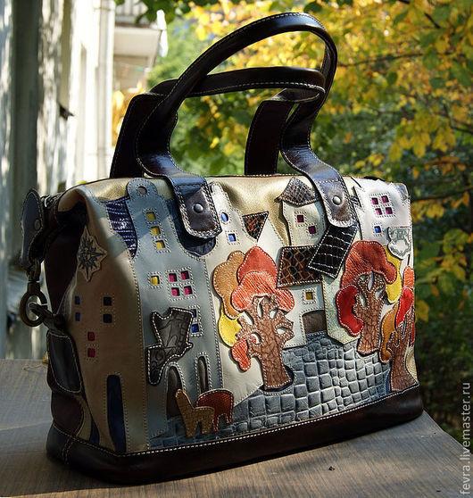 Эта сумка в тёплых, рыже- бежево-коричневых  осенних тонах. Золотая осень и небо тоже золотистое. Отделка сумки темно- коричневая.