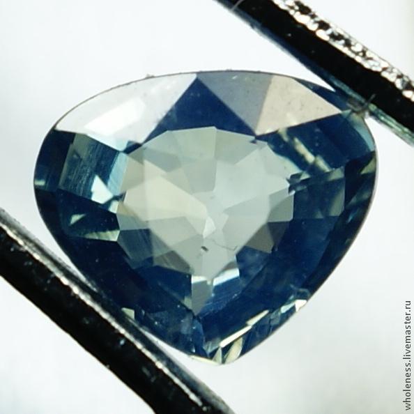Синий сапфир Размер: 5.75 х 4.92 х 2.66 мм Вес: 0.60 карат