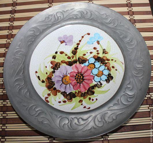 Винтажные предметы интерьера. Ярмарка Мастеров - ручная работа. Купить Фарфоровая тарелка с цветами ручной работы,в оловянной рамке, Германия. Handmade.