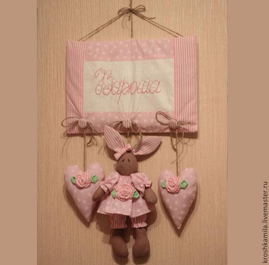 Панно на стену с любым именем любого из имеющихся цветов: бледно-розовый, бледно-голубой, светло-зеленый, светло-сиреневый Вместо зайчика можно сделать медвежонка