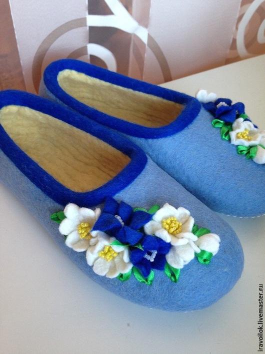 """Обувь ручной работы. Ярмарка Мастеров - ручная работа. Купить """"Цветы на снегу"""". Handmade. Голубой, Тапочки ручной работы"""