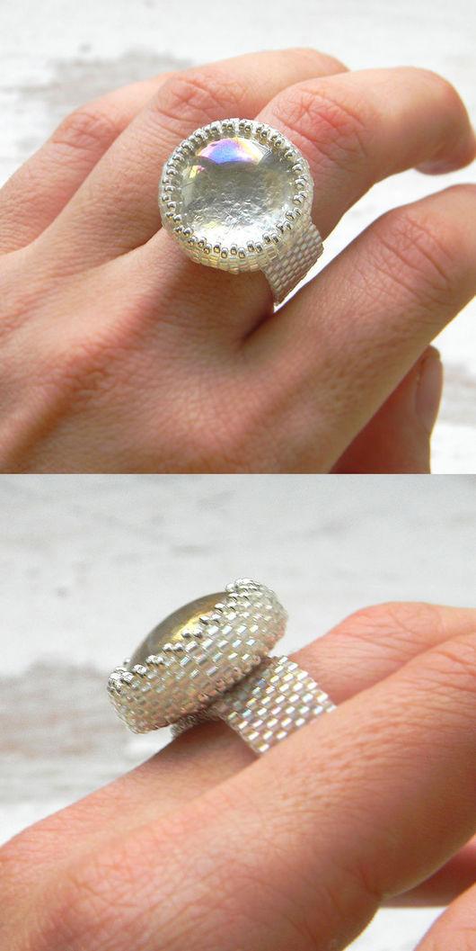Кольца ручной работы. Ярмарка Мастеров - ручная работа. Купить Серебристо-белое сверкающее  кольцо со стеклянным кабошоном. Handmade.