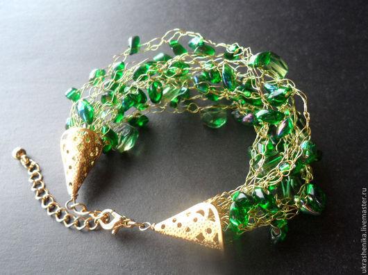 вязаный крючком пышный зеленый яркий браслет из японского бисера и проволоки, бусин кварца, позолоченной фурнитуры