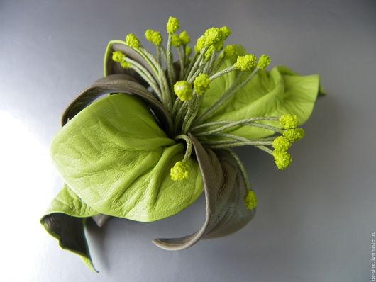 Заколка-автомат  для волос из кожи `Зеленый Сон` салатовая, зеленая.  Удобная и надежная заколка автомат для волос. Оригинальный объёмный авторский цветок для волос, прически. Романтическое украшение.