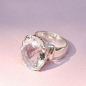 Кольцо серебряное с кристаллом резное
