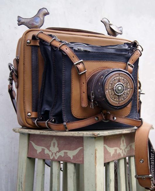 Сумка из кожи, с множеством карманов для всех возможных гаджетов, сделана в виде старинной ретро-фотокамеры.  Даже птички  есть! Но их можно отстегнуть, - они  крепятся на кнопках.
