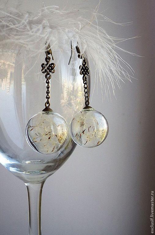 Легкие нежные серьги Дыхание лета. Полая стеклянная бусина сфера заполнена настоящими семенами одуванчика