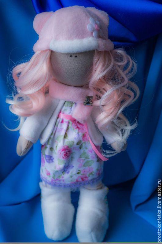 Кукла Розочка, маленькая красавица, модница и кокетка из нашего дома, собралась на прогулку хорошим погожим весенним днем, чтобы похвастать своими новыми шапочкой, курточкой и сапожками перед друзьями
