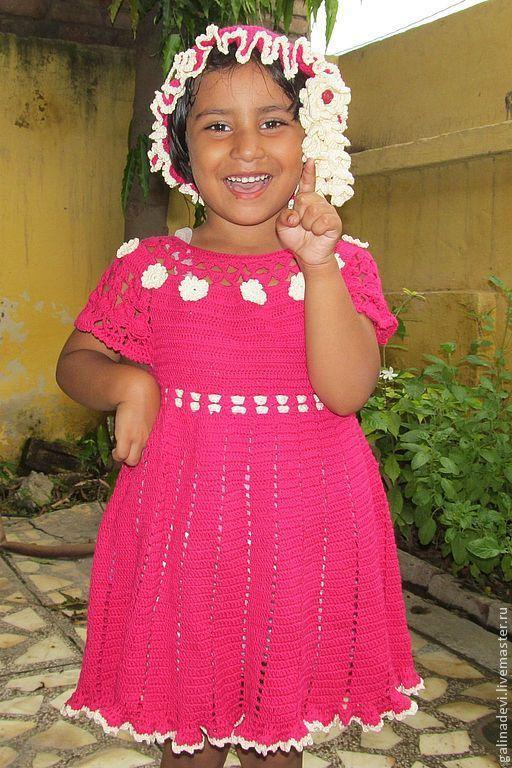 Прагья (5 лет)  из Матхуры (Индия) демонстрирует платье.