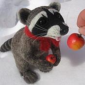 """Куклы и игрушки ручной работы. Ярмарка Мастеров - ручная работа Енот """"Любитель яблок"""". Handmade."""