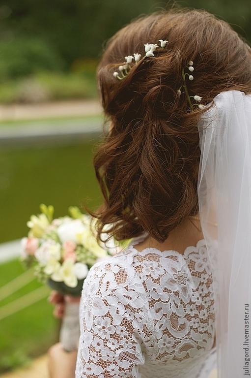 У невесты на фото 2 ветки ландыша.