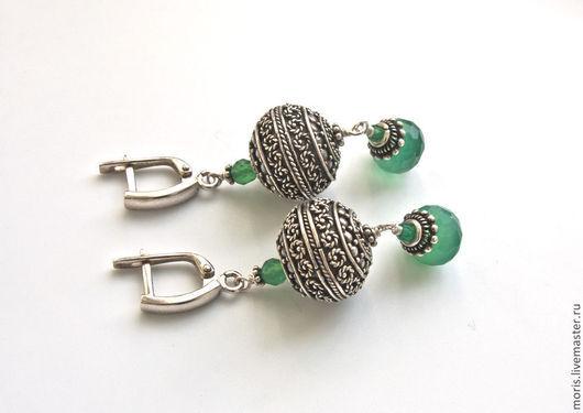 Зеленые серьги из серебра. Серебряные серьги с зелеными камнями. Серебряные серьги с хризопразом. Серьги из серебра и натуральных камней.