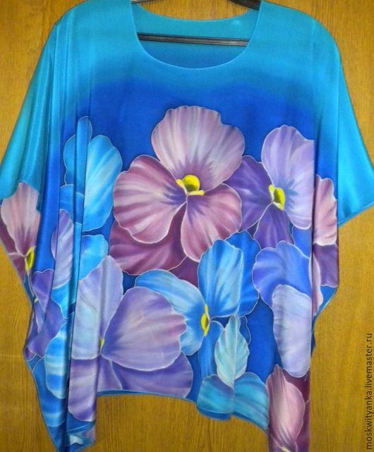 Воздушная шелковая блузка с ручной росписью выглядит празднично и нарядно.