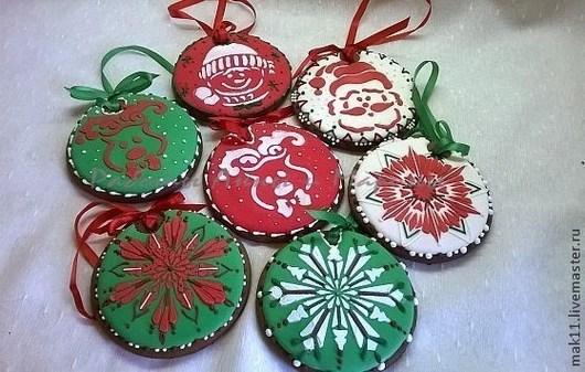 Пряники новогодние Пряник - дед мороз, пряник - снежинка, пряник - олень, пряник - снеговик. Все пряники с дырочкой.
