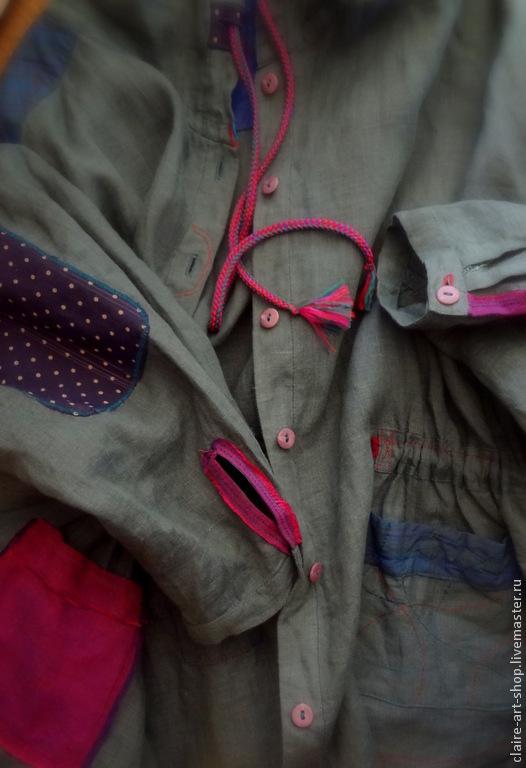 Перед рубашки: карманы: один спереди, застегивается на кнопке. второй внутри - потайной)