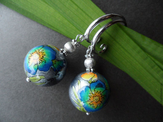 легкие цветочные серебристые серьги тенша с голубыми цветами на перламутре