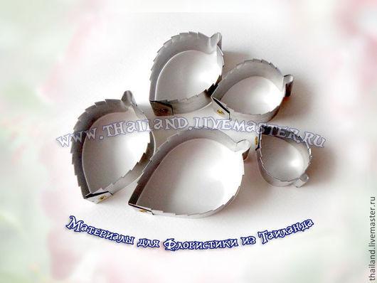 Каттер роза листья. Материалы для творчества из Таиланда. Каттер орхидеи цимбидиум для холодного фарфора и сахарной флористики. В набор входят верхний лепесток, боковые, нижние, серединка и четыре листа. Сделан из высококачественного алюминиевого сплава, не подвергается коррозии, благодаря чему также используется в кулинарии и сахарной флористике. Есть размеры: S - с большим листом ~ 12 см M - с большим листом ~ 20 см L  - с большим листом ~ 30 см Производство Таиланд.   «Кокосов  Блюз» (Таиланд)  БЕСПЛАТНАЯ ДОСТАВКА при «Минимальном заказе» Подробно о бесплатной доставке в «Правилах нашего магазина» http://www.livemaster.ru/thailand/policy