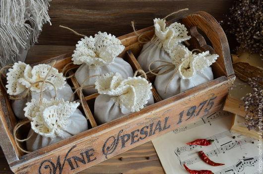 Короб с текстильными мешочками для специй и пряных трав в стиле кантри.