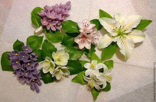 Разнообразные брошки их холодного фарфора: сирень, цветок апельсина, яблони и вишни, лилия и многое другое.