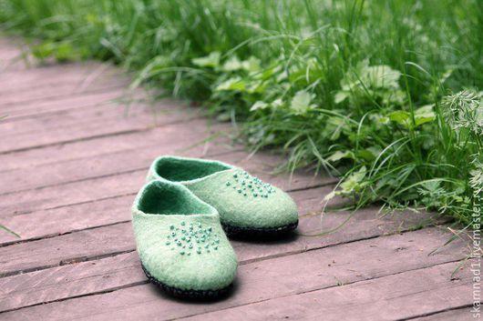 """Обувь ручной работы. Ярмарка Мастеров - ручная работа. Купить тапочки валяные """"Скоро яблони станут цвести"""". Handmade. Зеленый"""