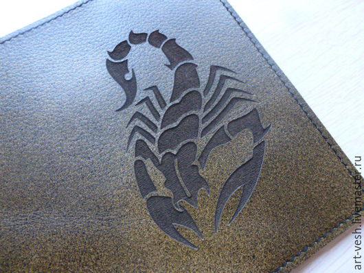 Обложка есть из кожи оливкового цвета. Обложка на паспорт Скорпион. Кожаная обложка для паспорта