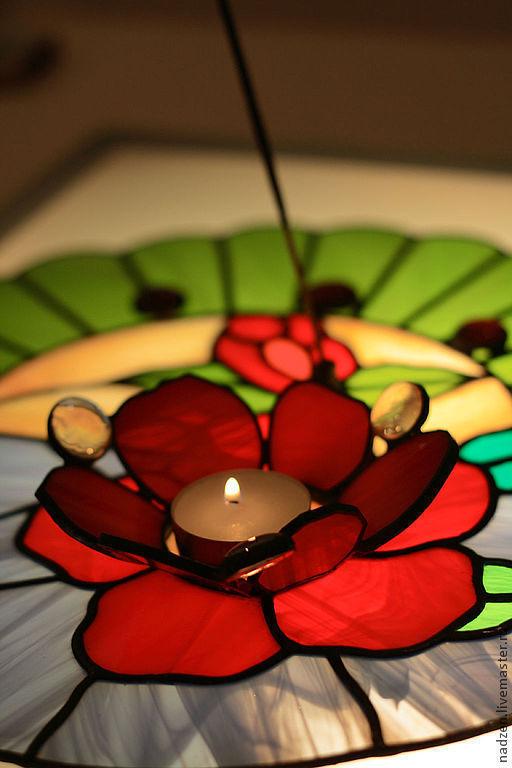 Поднос, на котором расположены подсвечник в виде цветка и держатель для благовоний. Всё это составляет единое целое (подсвечник и держатель впаяны в поднос). Материал: цветное стекло Техника: витраж тиффани