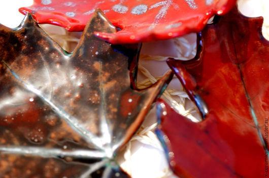 Блюдца тарелки керамические Осенние листья в оттенках красного из коллекции Благородство поздней осени. Авторская керамика Ксении Гольд