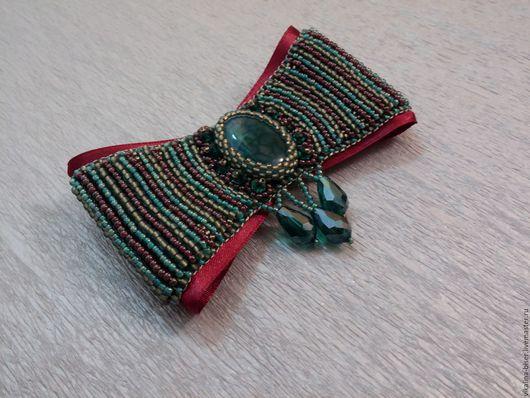 винный цвет, вышитая бисером брошь, брошь из бисера, брошь из бисера с камнем, брошь с агатом, золотистый, зеленый бант, зеленая брошь, брошь с подвесками, брошь-бант.