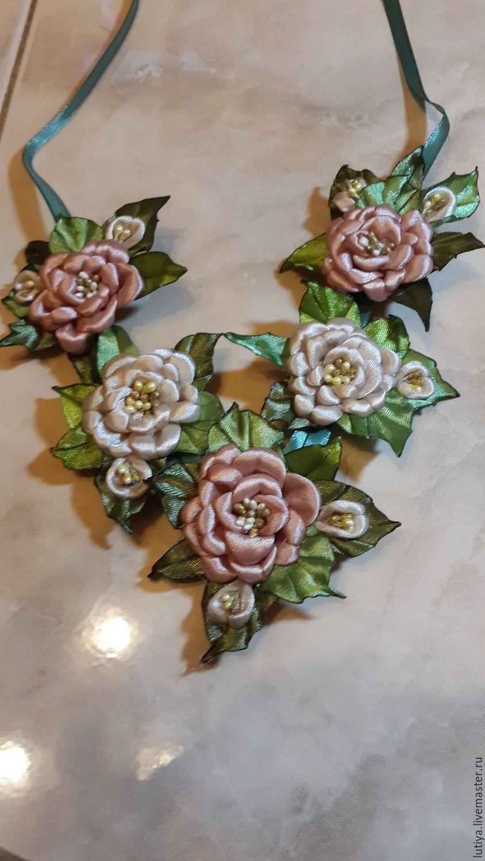 Колье из атласных роз