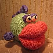 Материалы для творчества ручной работы. Ярмарка Мастеров - ручная работа Мастер-класс по вязанию игрушки Рыбка-поцелуйчик. Handmade.