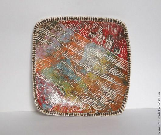 Тарелка из испанской  глины выполнена в технике сграффито с использованием цветных ангобов. Прошла  высокотемпературный обжиг на 1200градусов. Покрыта пищевой глазурью. Можно мыть в посудомоечной машине. Размер 19 х 19см. Цена - 1900руб.