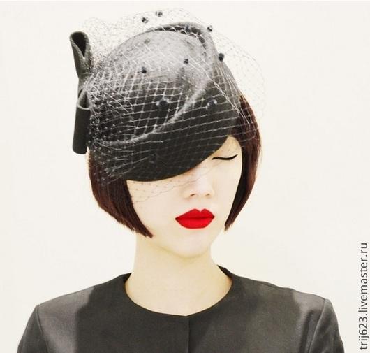 Винтажная шляпа таблетка. Цвета красный / черный Форма с двойным бортом, что позволяет варьировать размер, имеются потайная шляпкая резинка и потойные заколочки гребешки. По желанию могу удалить, заменить шляпную резинку к цвету волос.