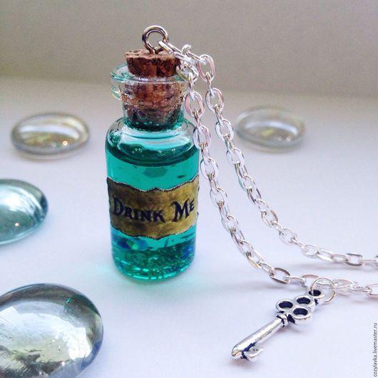 """Кулоны, подвески ручной работы. Ярмарка Мастеров - ручная работа. Купить Кулон-бутылочка """"Drink me"""". Handmade. Стеклянная бутылка"""
