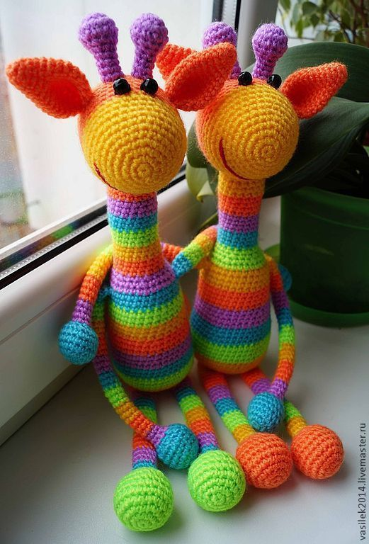 Связанные игрушки жираф