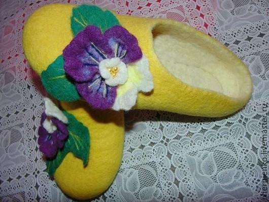 """Обувь ручной работы. Ярмарка Мастеров - ручная работа. Купить тапочки """"Анютины глазки"""". Handmade. Желтый, тапочки из войлока"""