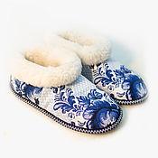 Обувь ручной работы. Ярмарка Мастеров - ручная работа Тапочки чуни из овчины «Гжель 2». Handmade.