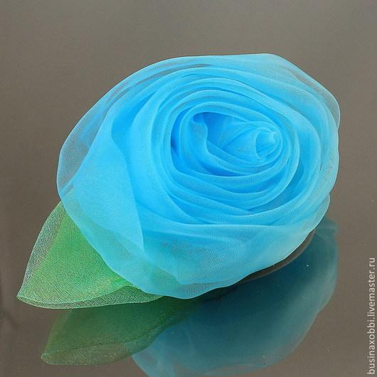 Цветок из ткани (огранза) крупный с листочком Цветок можно использовать как украшения для волос, так и в скрапбукинге Диаметр цветка 7 см, высота 4 см Цвет голубой