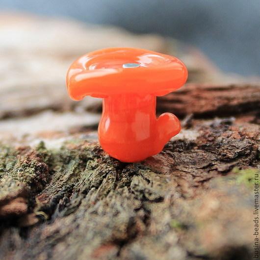 Бусина стеклянная в виде гриба Лисичка выполнена из итальянского стекла в технике лэмпворк  (lampwork) . Грибок лэмпворк лисичка можно использовать для сборки ваших украшений.