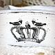 Боковинки с двух сторон украшены изображением птичек и корон, еще и со стразинками)))