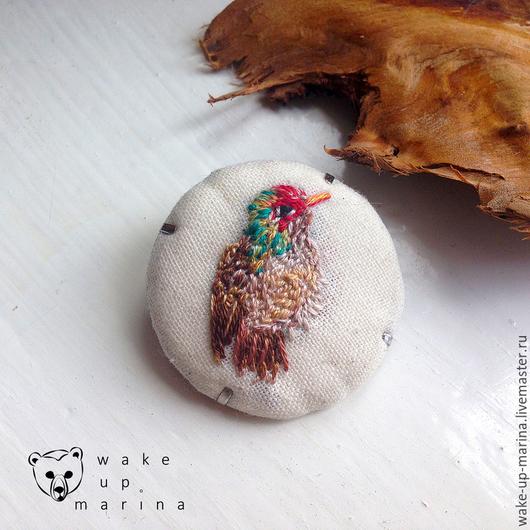 Броши ручной работы. Ярмарка Мастеров - ручная работа. Купить Великолепная кокетка - брошь с миниатюрной вышивкой гладью птицы. Handmade.
