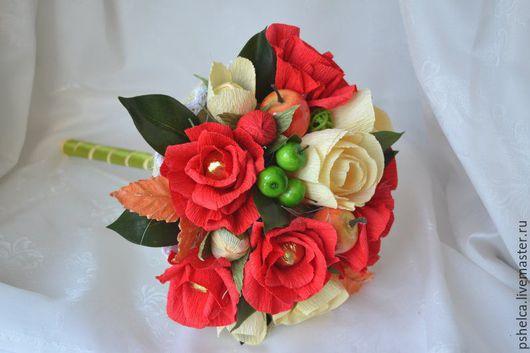 Букет изготовлен с применением шоколадных конфет `Марсианка`с разными начинками, цветов из гофрированной бумаги итальянского производства, с добавлением декора, флористических аксессуаров.