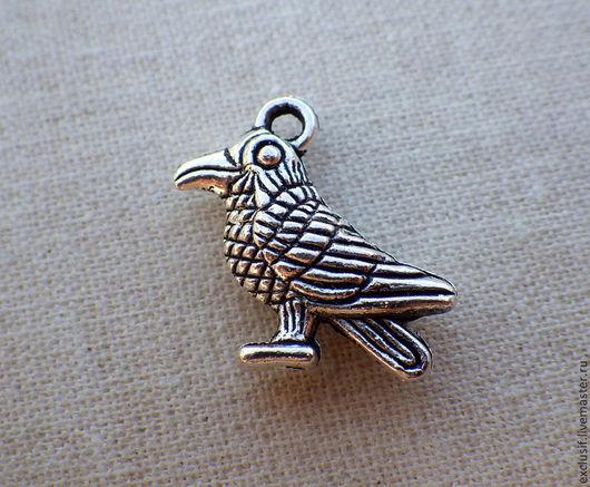 Фурнитура для создания украшений - подвеска птица, ворона. Цвет подвески - античное серебро. Подвеска двусторонняя. Подвеску можно использовать как аксессуар для игрушек.
