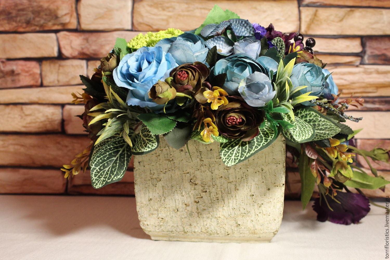 Композиция из искусственных цветов в винтажном кашпо букеты