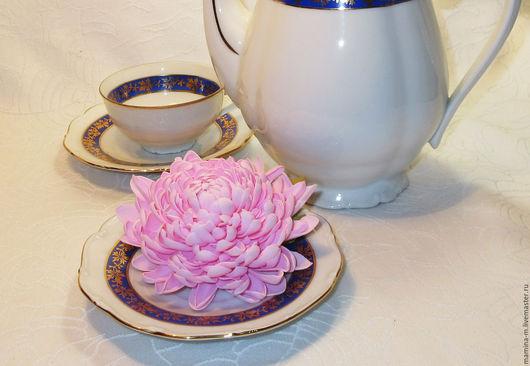 `Клубничный зефир` хризантема из фоамирана, брошь. Диаметр цветка 9 см. МамиНа мастерская. Ярмарка мастеров